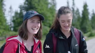 Jostein i Fåvang får besøk fra de franske jentene Marine og Maeva.