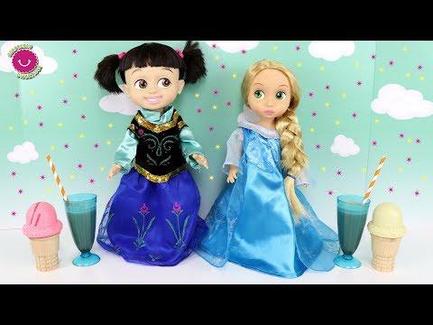 Las bebés BOO y RAPUNZEL con disfraces de frozen ELSA y ANA meriendan helados y batidos