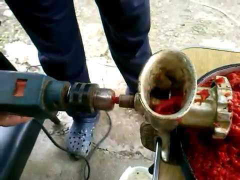 Making chutney with electric drill (pravljenje ajvara bušilicom)