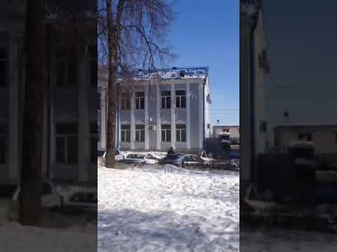 "Очистка снега с кровли банка ""ВТБ"" в Брянске. 26 марта 2018 г."