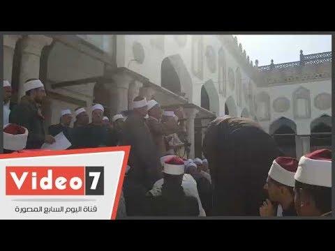 أئمة يحتجون بالجامع الأزهر.. ويطالبون باعتذار وزير الأوقاف عن طلب اختبارهم