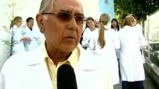 Alunos da Faculdade de Medicina da Universidade de Santo Amaro protestam contra a demissão de professores