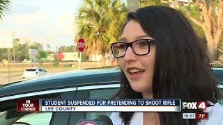 Student suspended for imitąting gun with his hands in school