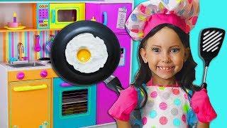 Alice finge PRINCESAS y Juega a Cocinar Nuevos Juguetes