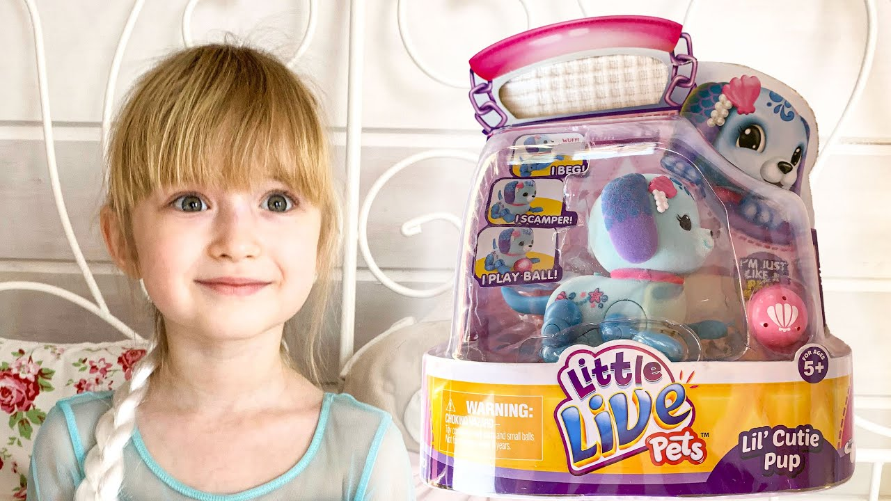 Диана распаковывает игрушку - робота Щенок с мячиком ...