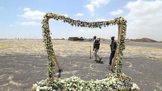 شاهد: عائلات ضحايا الطائرة الإثيوبية المنكوبة يزورون موقع تحطمها…