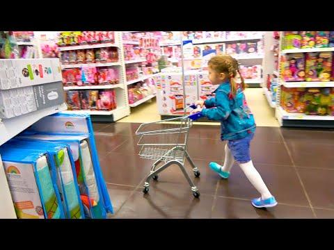 Ева вместе с мамой веселятся в магазине детских игрушек