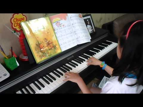 [mincando] Jenny is exercisig playing piano at home