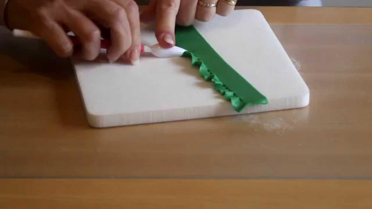 Comment faire des volants en pte  sucre  La Table de Brigitte  YouTube