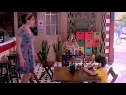A Garota da Moto-Nico joga açúcar no refrigerante