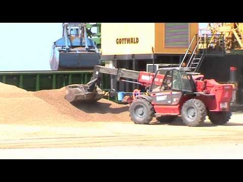 Porto De Setúbal Carrega Briquettes/pellets De Biomassa Vegetal No Terminal Tersado