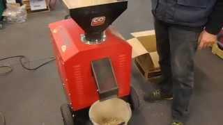 Repeat youtube video PELLETTATRICE MAGICA CECCATO OLINDO MOTORE TRIFASE 4KW 5.5HP