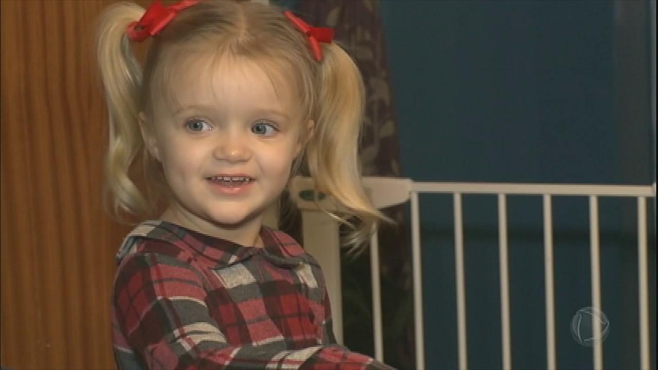 1ea07a15489 Menina de três anos consegue salvar a vida da mãe ao ligar para o ...