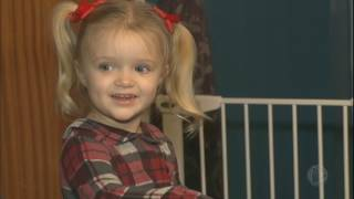 Menina de três anos consegue salvar a vida da mãe ao ligar para o resgate thumbnail