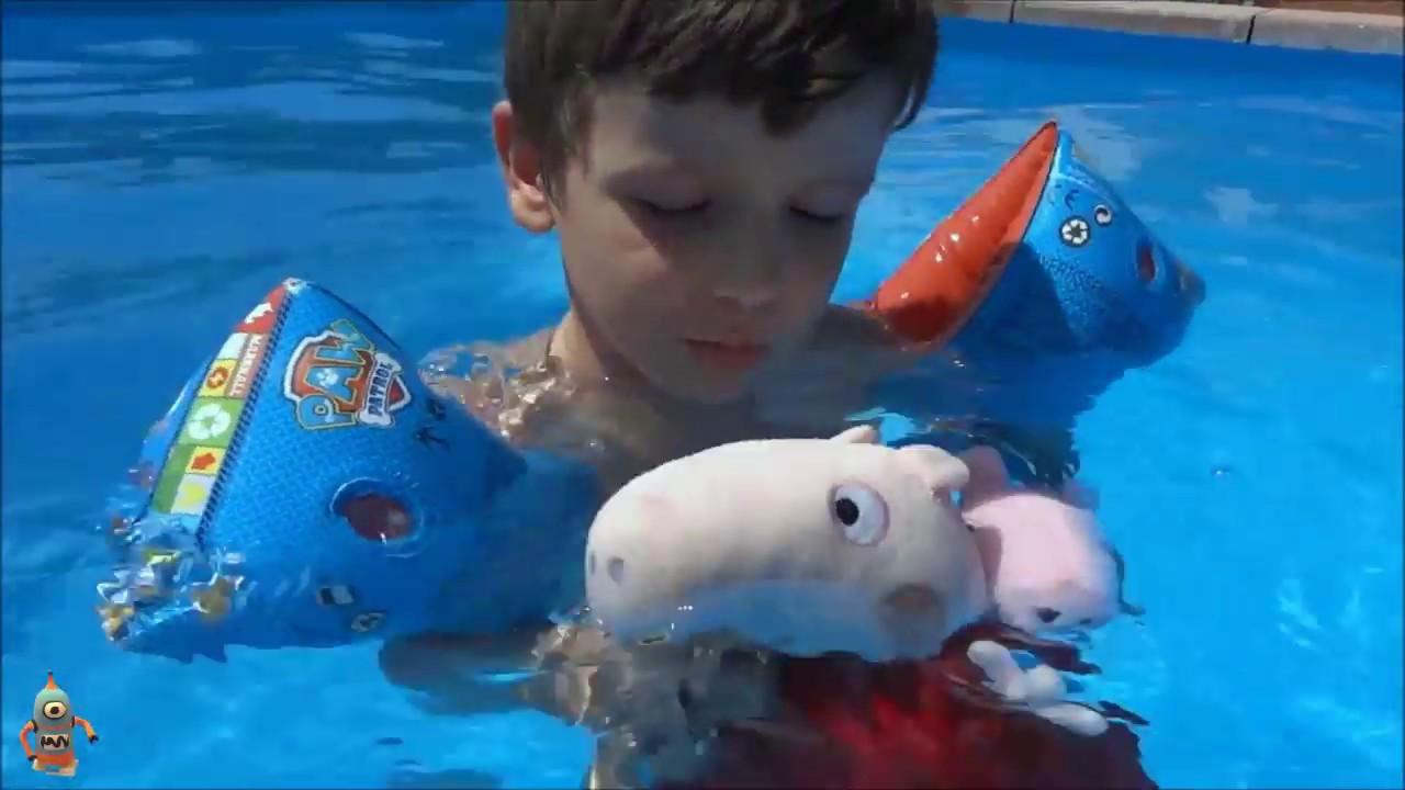 Aprende a nadar en la piscina con ares de juegos y for Juguetes de piscina