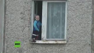 ¿Y los padres?: un niño ruso juega en la ventana de un piso octavo