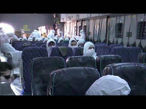 Coronavirus, il volo da Wuhan alla Turchia: i passeggeri indossano tute e maschere protettive