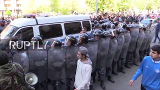 Видео Armenia: Dozens arrested as protests against PM-elect Sargsyan continue от Ruptly, улица Микаэляна, Ереван, Армения