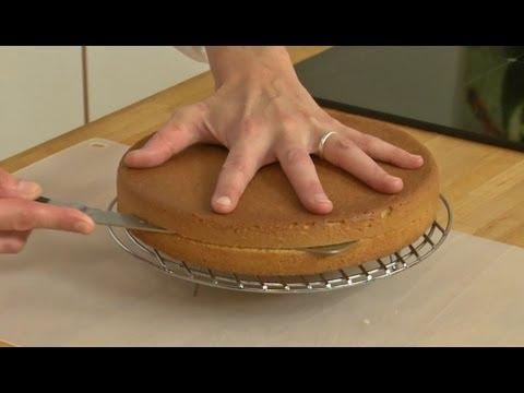 technique de cuisine : couper une génoise dans l'épaisseur - youtube