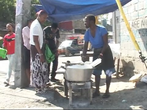 """REPORTAGE: """"Chen janbe, Akoupi m' chaje w', Aleken"""" les restaurateurs ambulants ont la cote"""