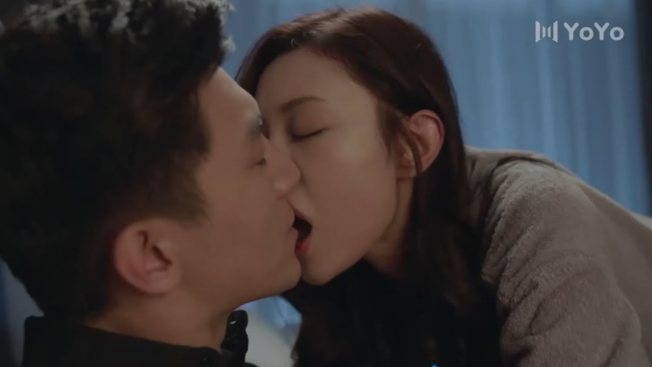 女主醉的不省人事,留宿在男主家裡,在床上脫衣服還強吻男主💕中国电视剧