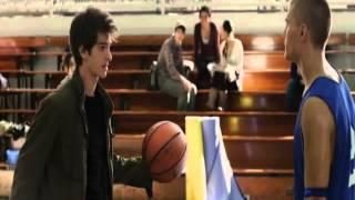 """Peter Parker desafía a """"Flash"""" Thomson en basquetball Español Latino"""