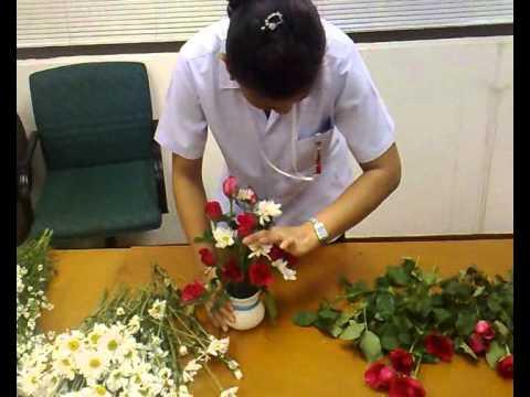 ผสว ฝธพ สอนจัดดอกไม้แบบสามเหลี่ยม