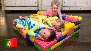 Cinco Crianças brincam com blocos de brinquedo
