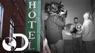 Camarógrafo es atacado y mordido por un espíritu | Encierro paranormal | Discovery Latinoamérica
