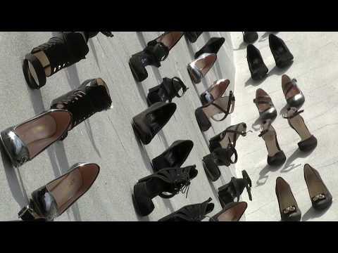 440 زوجًا من ا?حذية النساء مٌعلقة على جدران ا?حد مباني اسطنبول