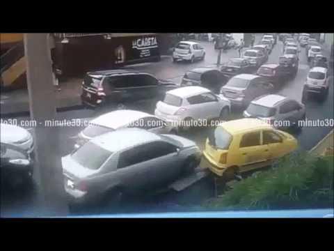 Vehículo se abrió paso chocando a otros en Colombia