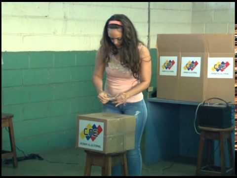 Ejerciendo el voto Francis Perláez de Barreras Primera dama del Municipio Palavecino