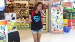 Repeat youtube video 少女商場試唱,瞬間震撼全場被hold住!