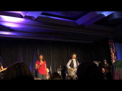 Supernatural Montreal Convention 2018  Lisa Berry singing at SNS