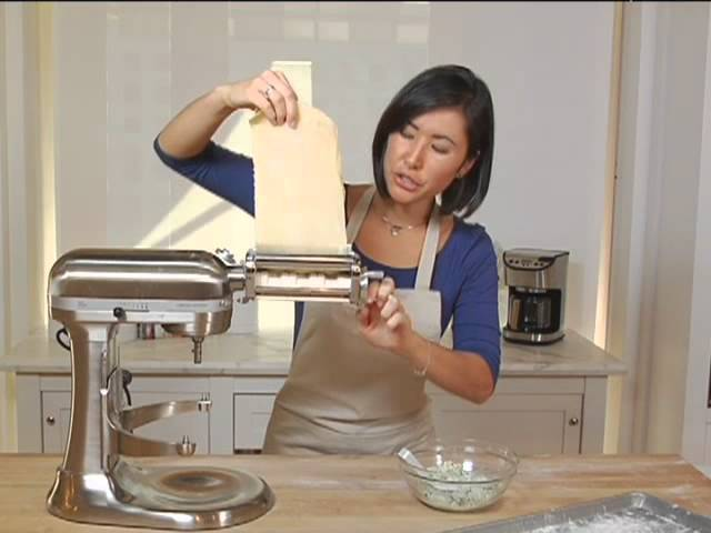 Ricetta Ravioli Kitchenaid.Kitchenaid Stand Mixer Ravioli Attachment Youtube