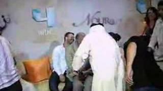 جمهور ومعجبو المسلسل التركي نور يلتقطون الصور في مقر mbc