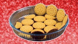 Lege eine Quicheform mit runden Keksen aus & bestreiche sie mit Creme.