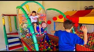 Crianças brincando de Tombo Legal, Basquete Eletrônico, Piscina de Bolinhas e Pula Pula
