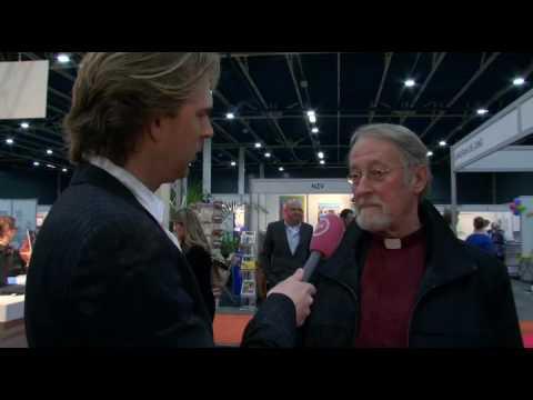 Rutger voert gesprekken met gelovigen
