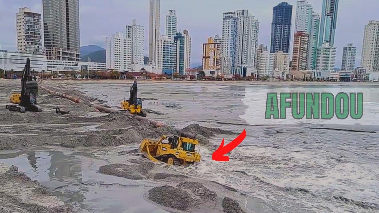 Download Momento em que o trator esteira afunda na areia da praia 16/09/2021
