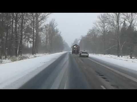 Чистят дорогу и разрушают ее одновременно. Путь из Кингисеппа в Ивангород