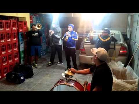 Yo tomo, ay amor, trompetas y percusión.