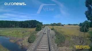 مشاهدة: سائق نجا من الموت عن طريق القفز من دراجة نارية في طريق قطار | Euronews