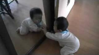赤ちゃんはじめてのチュウ!かわいい鏡