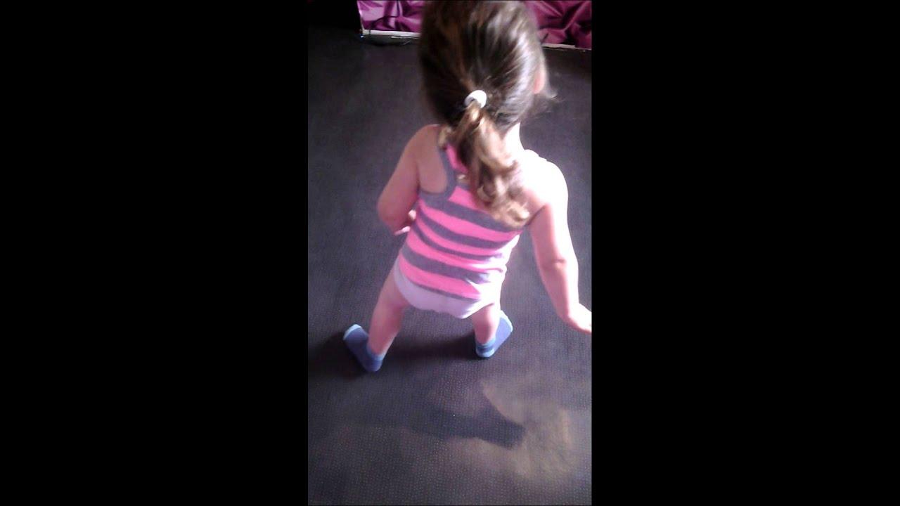 Petite fille de 2 ans qui danse youtube - Petite souris qui danse ...