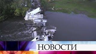 В США из-за обрушения железнодорожного моста в реку упали около 20 вагонов грузового поезда.