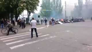танки таранят барикады Мариуполь Ато Славянск Донецк Краматорск Война Украина