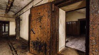 戦中戦後、昭和天皇の長く住まれていたボロボロの御所。湿気まみれで、...