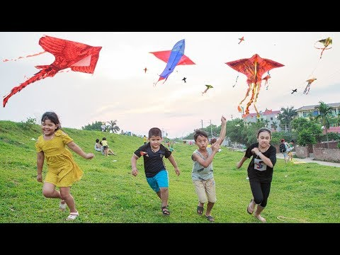 Kids Go To School | Chuns And Best Friends Play Fly a Kite