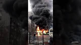 Смотреть видео Автобус горит. Москва. 06.09.2019. онлайн